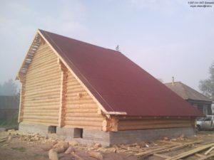 Сруб дома с большой крышей
