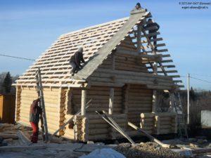 Сруб дома из бревна с временной крышей