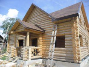 Красивый сруб дома из бревна