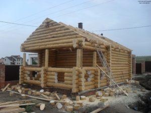 Дом из бревна с большой верандой
